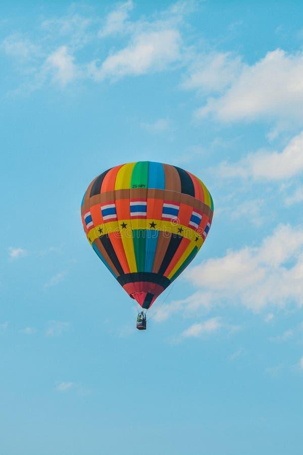 Kolor balon na niebieskim niebie dla tła zdjęcia royalty free