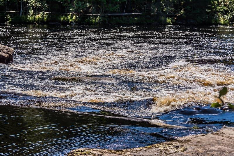 Kolor fala i bełkowiska rzeka obrazy stock