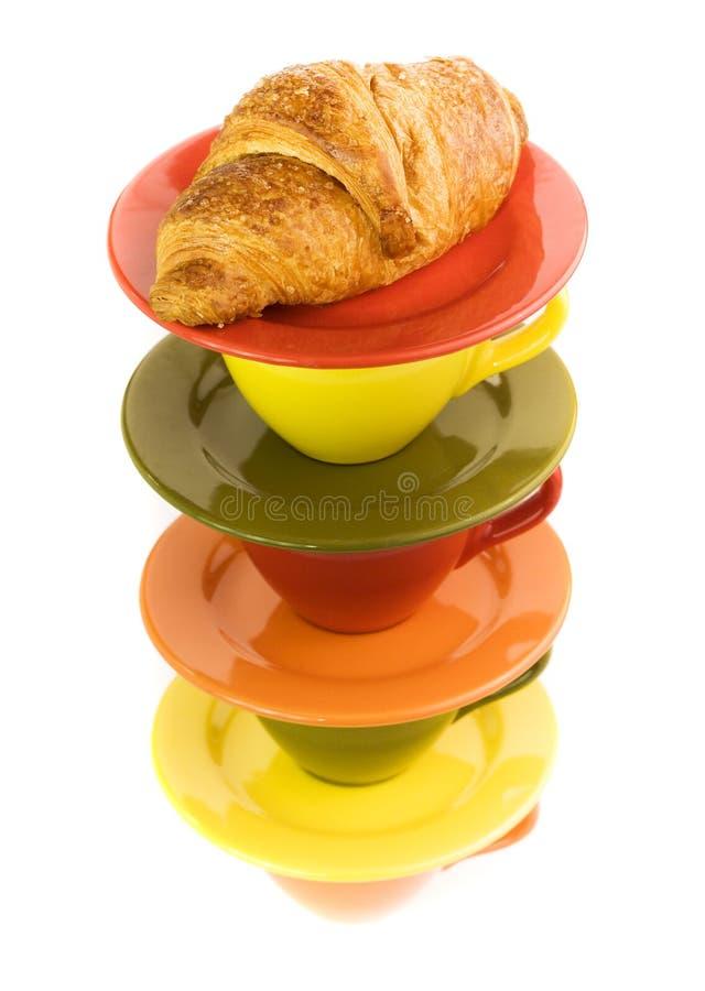 Kolor filiżanki i świeży croissant zdjęcie royalty free
