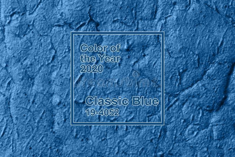 Kolor klasycznego niebieskiego pantonu roku 2020 rozmyta tekstura metalowa z pęknięciami z farbą złuszczającą obraz stock