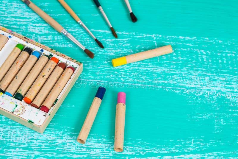 Kolor kredka na rocznika drewnie obrazy royalty free