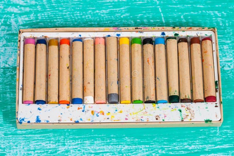 Kolor kredka na rocznika drewnie obraz stock