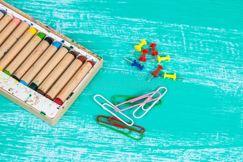 Kolor kredka na rocznika drewnie zdjęcie stock