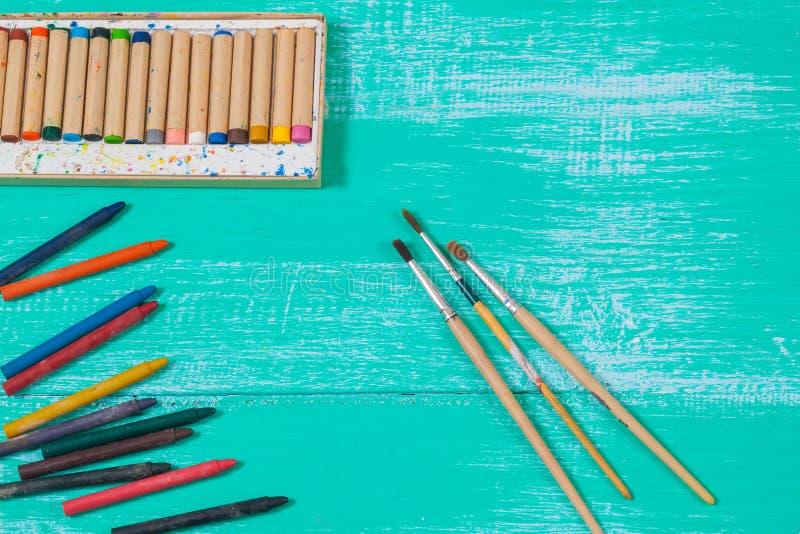 Kolor kredka na rocznika drewnie zdjęcia stock