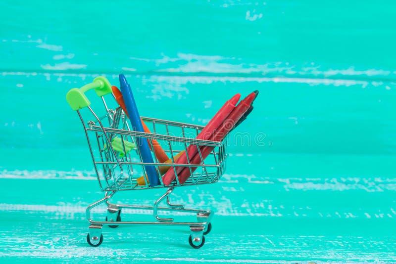 kolor kredka w wózek na zakupy na drewnie zdjęcia stock