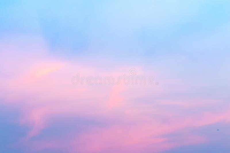 Kolor przez chmur w wieczór niebie obraz stock