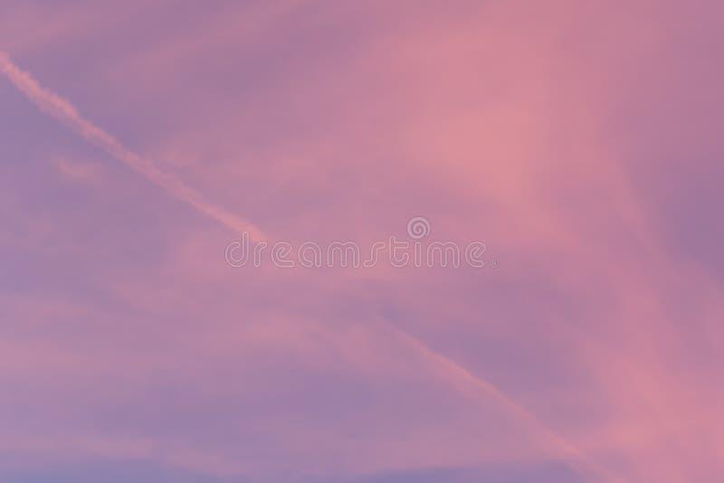 Kolor przez chmur w wieczór niebie zdjęcie royalty free
