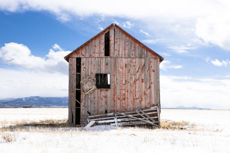 Kolorado czerwona stajnia w śnieżnym polu zdjęcia stock
