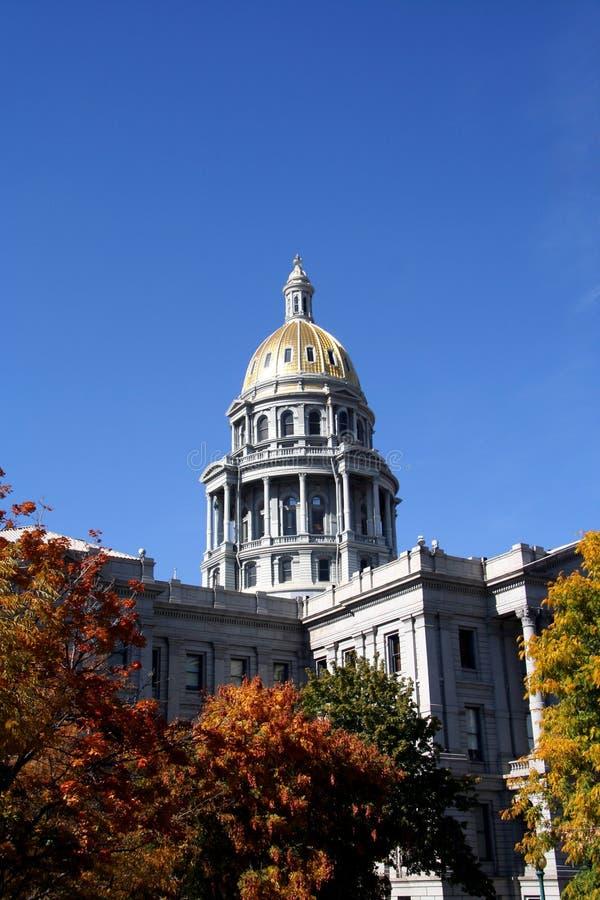 Kolorado-Kapitol-Gebäude in Denver mit Fall-Farbe stockfoto