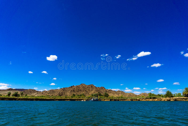 Kolorado rzeka, góry i dragowanie barka pod niebieskim niebem zdjęcia royalty free