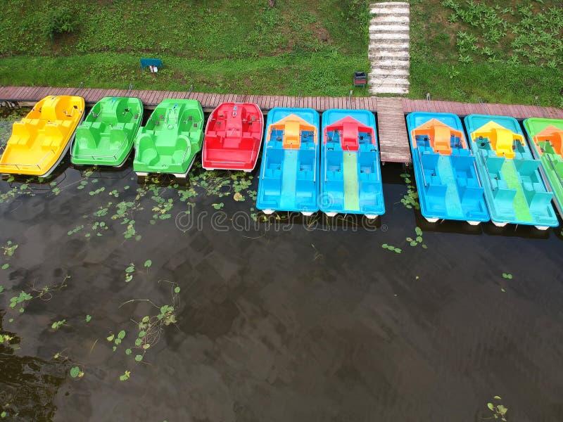 Kolorowa łodzi grupa blisko jeziora wybrzeża, widok z lotu ptaka obraz royalty free