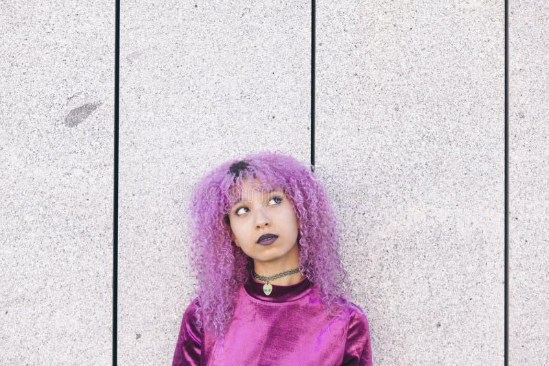 Kolorowa afro amerykańska kobieta ubierał w purpurowy przyglądający up zdjęcie royalty free