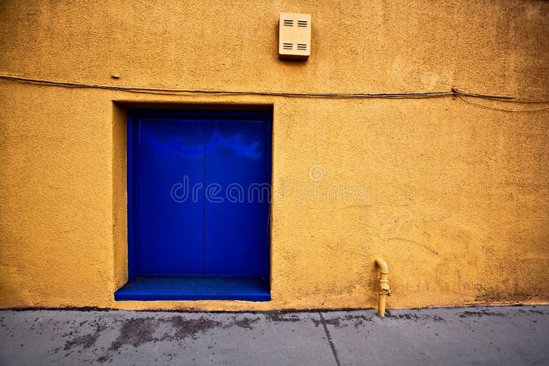 Kolorowa aleja sposobu ściana z błękitnym drzwi w prescotcie Arizona zdjęcie stock
