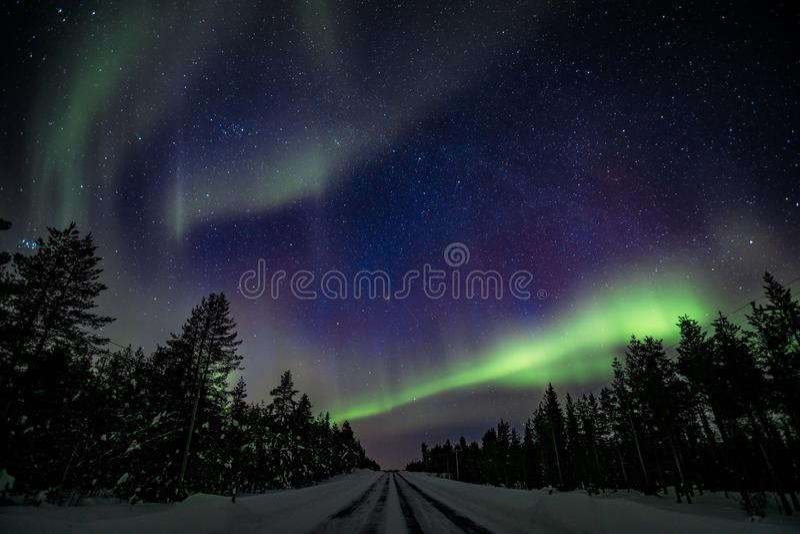Kolorowa biegunowa arktyczna Północnych świateł aurora borealis aktywność w zimie Finlandia zdjęcia stock