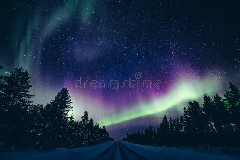 Kolorowa biegunowa arktyczna Północnych świateł aurora borealis aktywność w zimie Finlandia obrazy royalty free