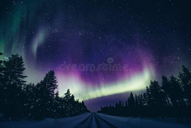 Kolorowa biegunowa arktyczna Północnych świateł aurora borealis aktywność w zimie Finlandia obraz stock