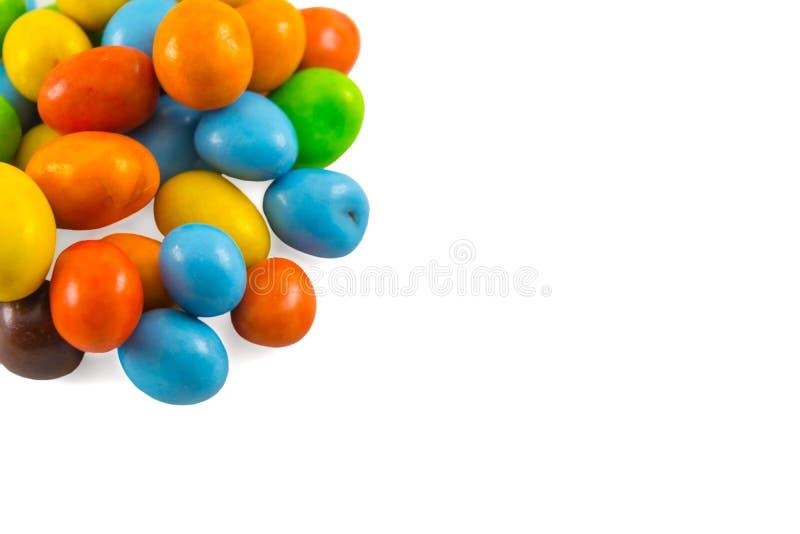 kolorowa czekolada cukrowa, przekąska z orzechami w środku izolowana na białym tle obraz royalty free