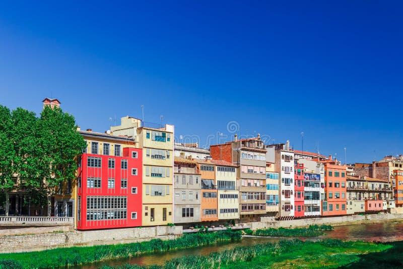 Kolorowa czerwień, pomarańcze, koloru żółtego most przez rzecznego Onyar w Girona i domy, i, Catalonia, Hiszpania Sceniczny antyc zdjęcia stock