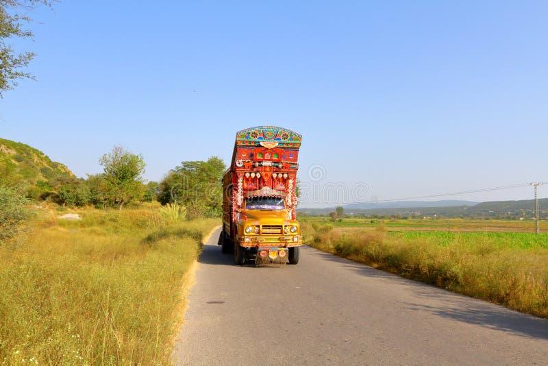 Kolorowa dekorująca ciężarówka na wsi pas ruchu pojedynczej drodze fotografia stock