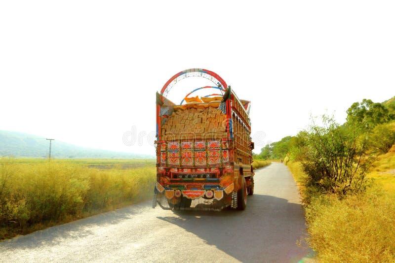 Kolorowa dekorująca ciężarówka na wsi pas ruchu pojedynczej drodze zdjęcie stock