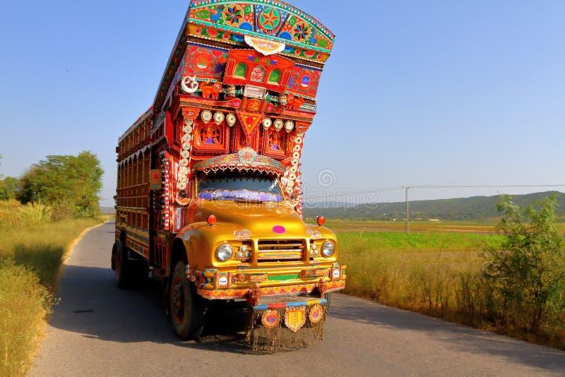 Kolorowa dekorująca ciężarówka na wsi pas ruchu pojedynczej drodze obrazy stock