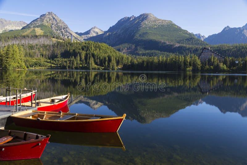 Kolorowa drewniana łódź na halnym jeziorze Strbske pleso Sistani zdjęcie stock