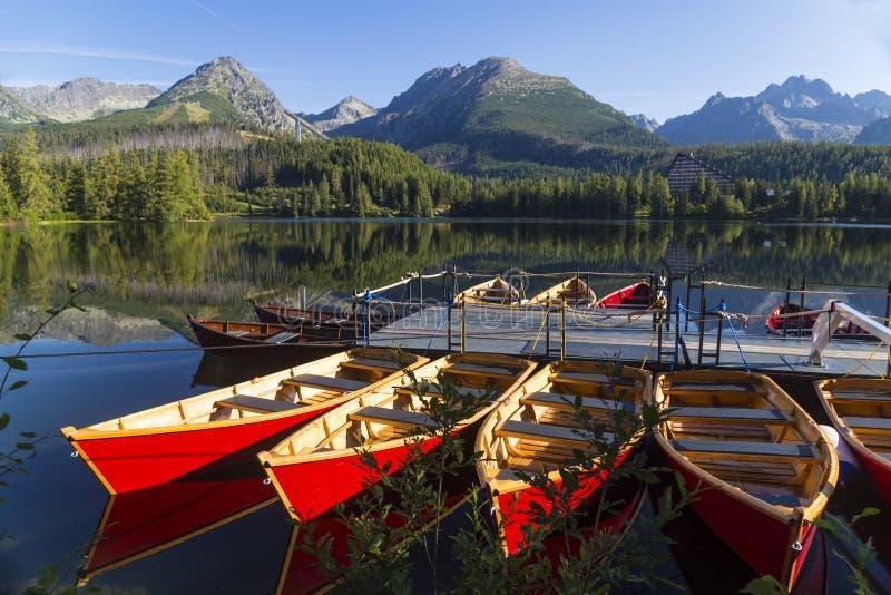 Kolorowa drewniana łódź na halnym jeziorze Strbske pleso Slov obrazy royalty free
