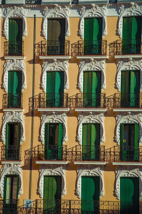 Kolorowa fasada i okno z zamkniętymi żaluzjami w Madryt zdjęcia stock