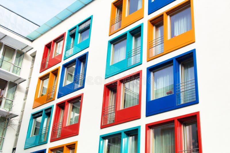 Kolorowa fasada nowożytny budynek mieszkaniowy zdjęcia royalty free