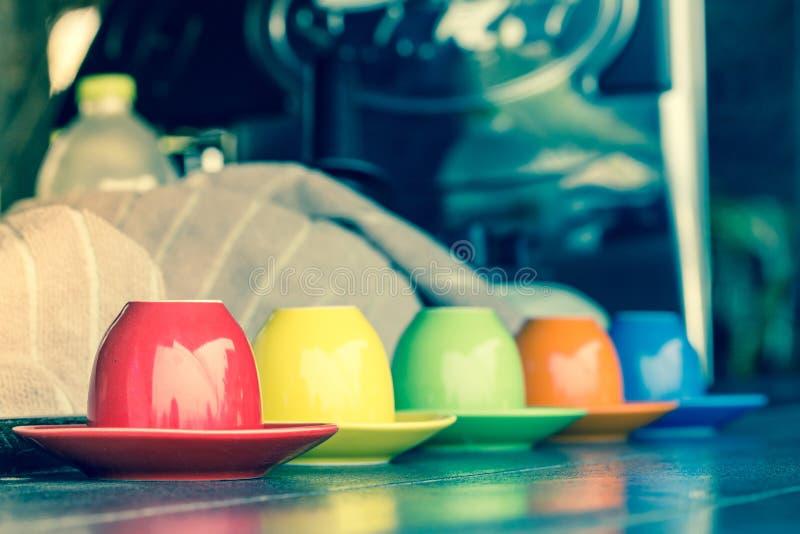 Kolorowa filiżanka W rocznika krzyża Proces koloru brzmieniu obraz stock