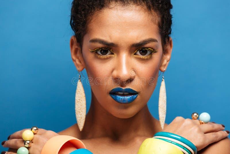 Kolorowa fotografia surowa poważna rasy kobieta z modnym ma zdjęcie stock