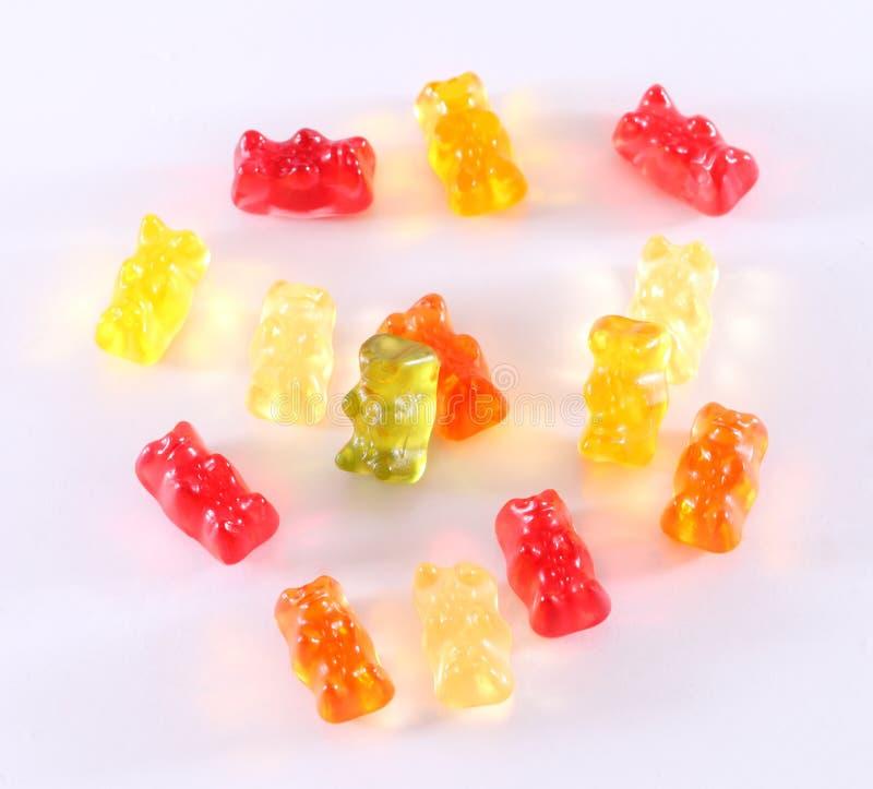 Kolorowa galareta znosi jedzenie Gumowaci niedźwiedzie na białym tle obraz stock
