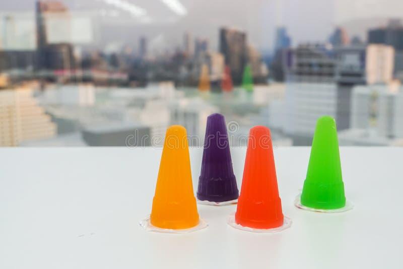 Kolorowa gelatin galareta w plastikowym zbiorniku dla dzieciaków ulubionych obraz royalty free