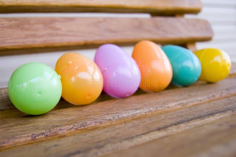 kolorowa jajek klingerytu huśtawka drewniana zdjęcie stock