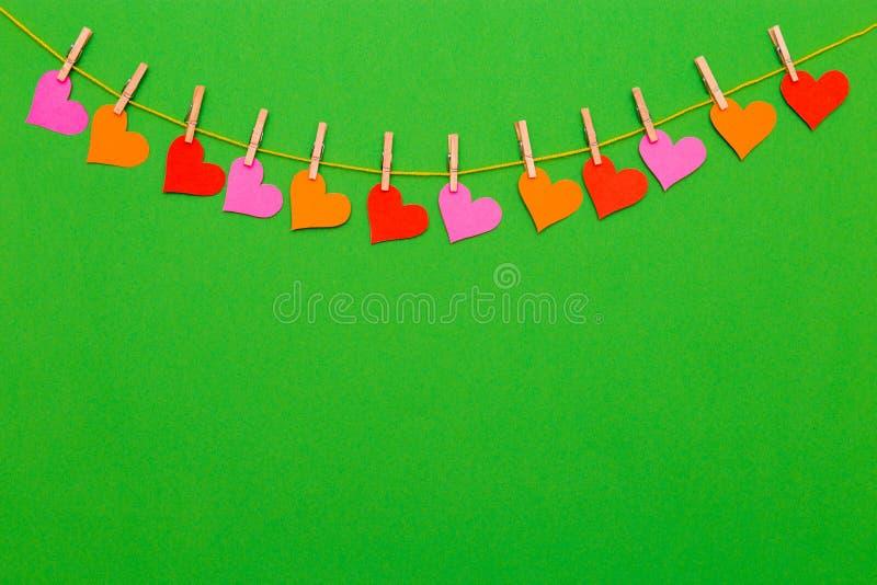 Download Kolorowa Kierowa Kształt Girlanda Na Zielonym Tle Zdjęcie Stock - Obraz złożonej z szczęście, target31: 106901138