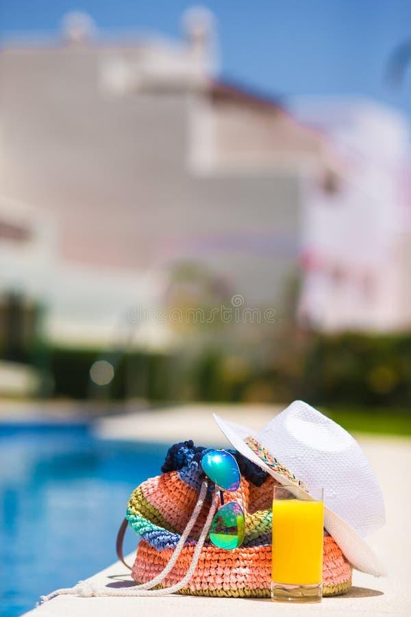 Kolorowa lampas torba, okulary przeciwsłoneczni, sok pomarańczowy, i zdjęcia stock