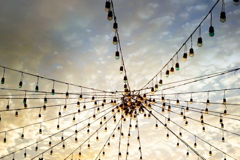 Kolorowa lekka blub grupa na wibrującym niebie obraz stock