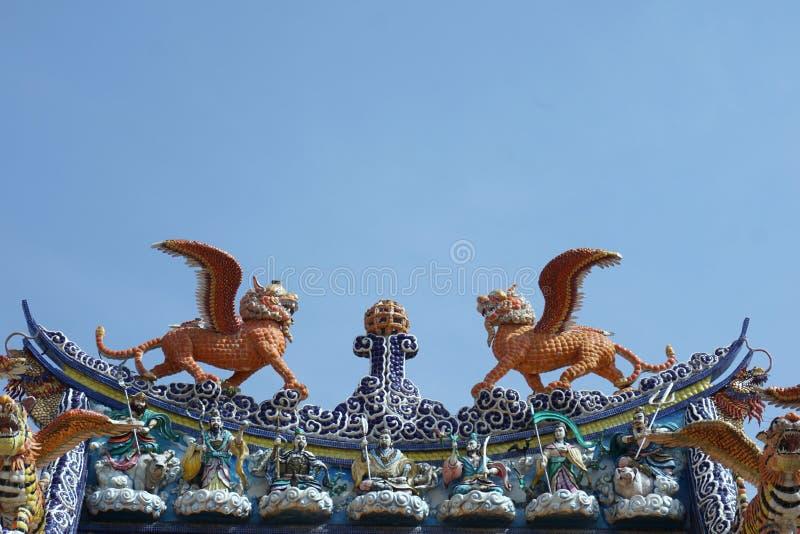 Download Kolorowa Lew Komarnica Na Dachu Obraz Stock - Obraz złożonej z wschód, dekoracyjny: 53778877