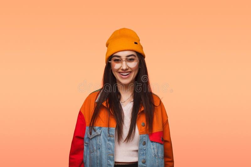 Kolorowa modna kobieta w szkłach fotografia stock