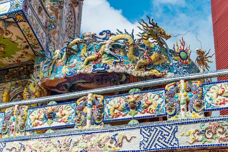 Kolorowa mozaika porcelana w kształcie smok w antycznej świątyni w Dalat Wietnam obraz royalty free