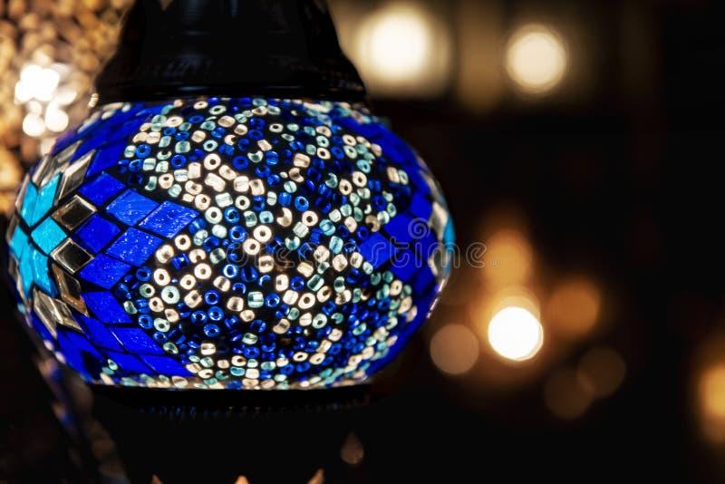 Kolorowa niebieska marokańska lampa o konstrukcji mozaikowej z niebieskiego szkła Styl orientalny obraz royalty free