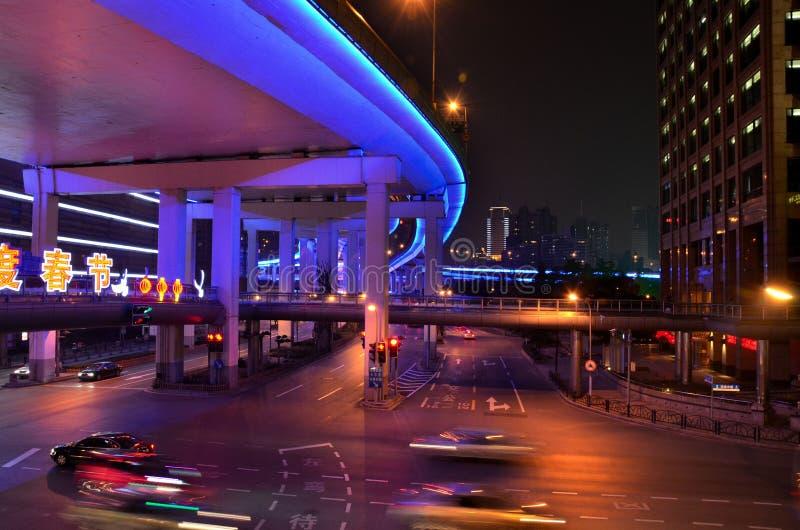 Kolorowa noc ruchu drogowego scena w Szanghaj, Chiny obrazy stock