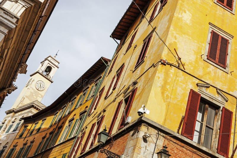 Kolorowa Pisa architektura z zegarowy wierza zdjęcie stock