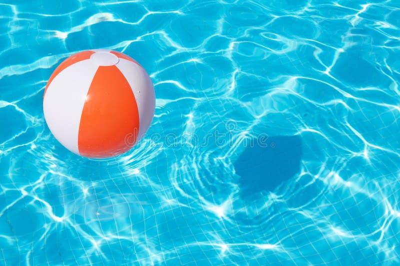 Kolorowa plażowa piłka unosi się w basenie fotografia royalty free