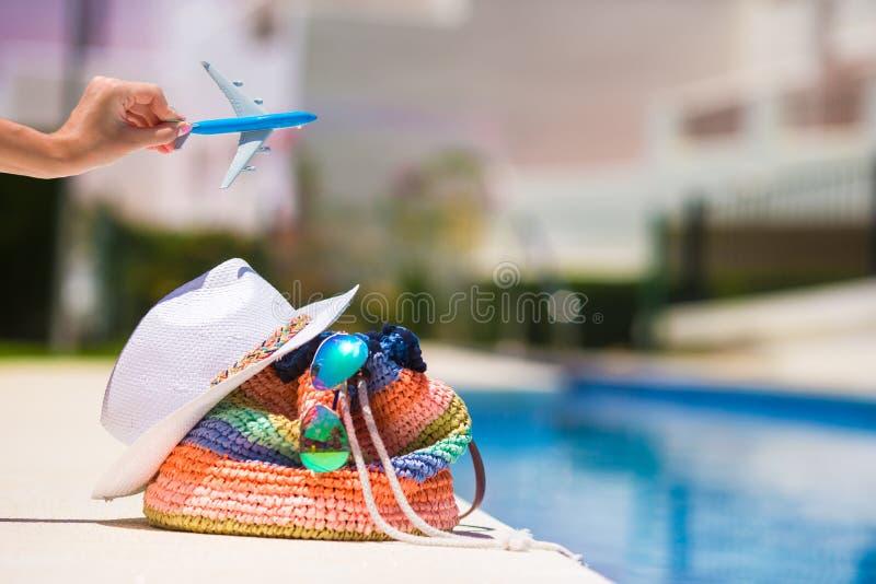 Kolorowa plażowa torba, słomiany kapelusz, okulary przeciwsłoneczni i fotografia stock