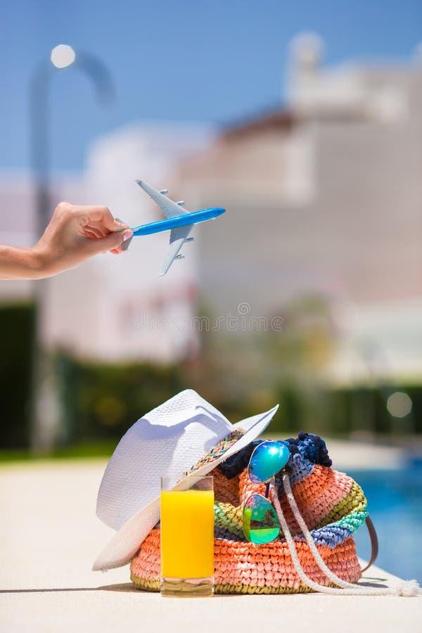 Kolorowa plażowa torba, szkło sok, słomiany kapelusz i fotografia stock