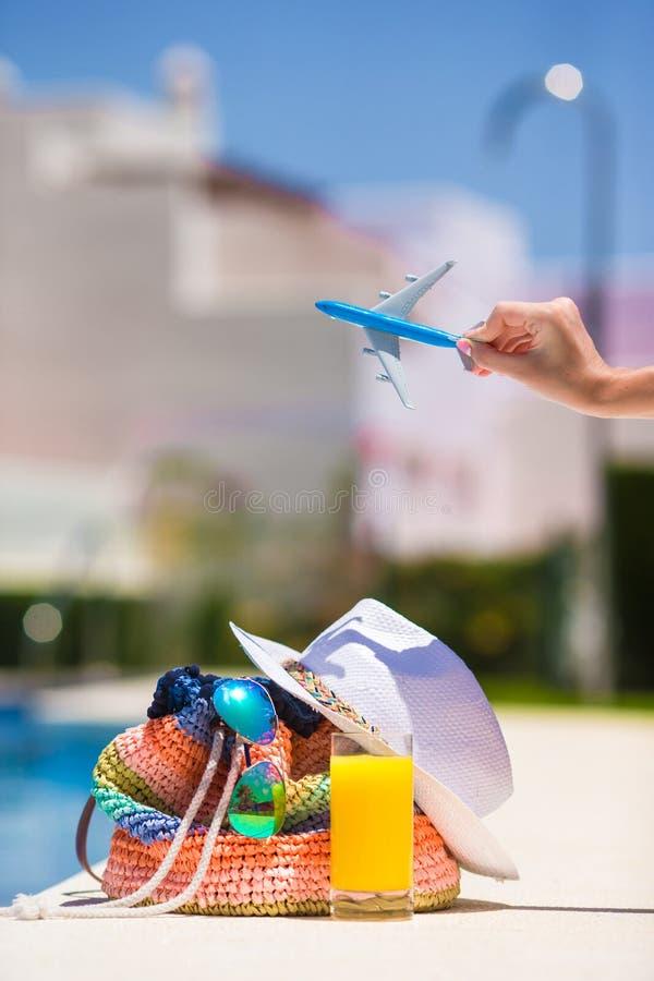 Kolorowa plażowa torba, szkło sok, słomiany kapelusz i obrazy royalty free