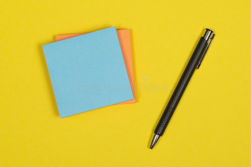 Kolorowa postit notatka na żółtym tle fotografia stock