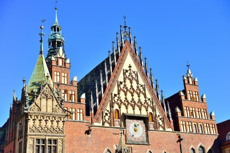 Kolorowa ranek scena na Wrocławskim Targowym kwadracie z urzędem miasta fotografia stock
