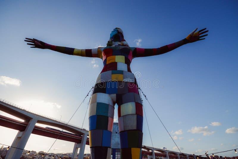 Kolorowa rzeźba kobieta gotowa latać na balkonie Rio Maravilha bar w Lx fabryki społeczności zdjęcie stock